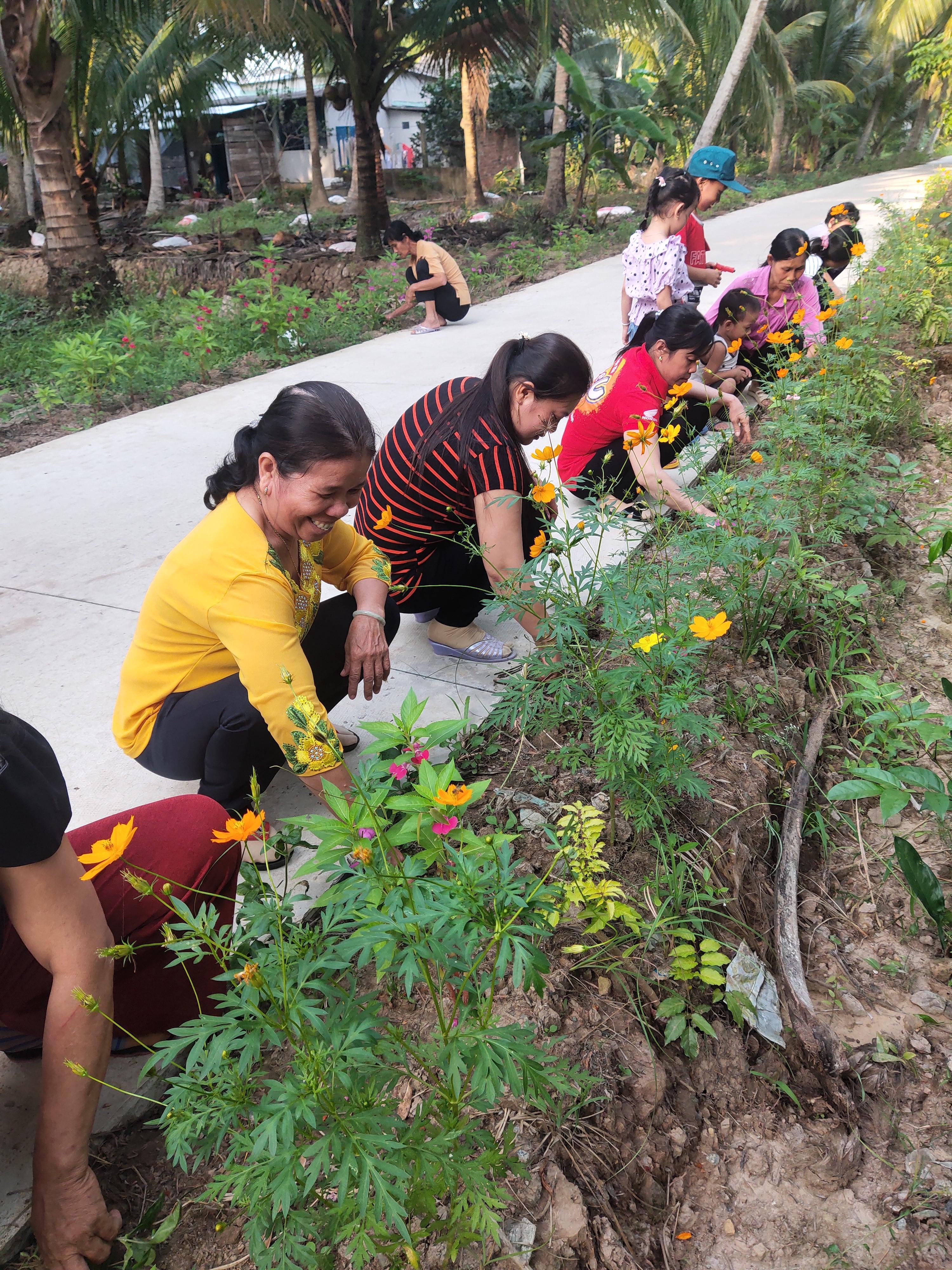 Phụ nữ ấp Vinh Xương chung tay xây dựng nông thôn mới