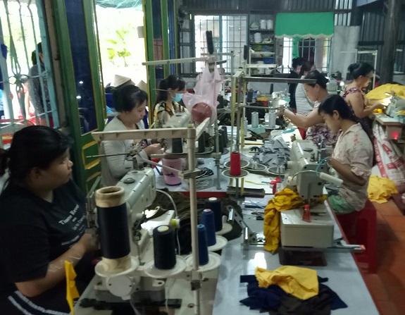 May gia công tạo việc làm tăng thu nhập cho phụ nữ nông thôn