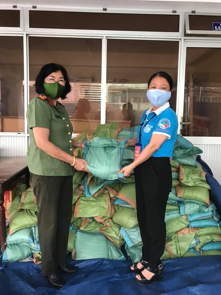 Hội LHPN Tp Bến tiếp nhận 1,1 tấn gạo hỗ trợ từ Hội Phụ nữ Công an tỉnh Bến Tre