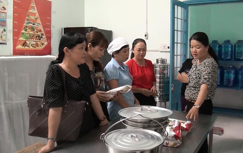 Hội LHPN thành phố Bến Tre: giám sát ATVS TP tại trường mẫu giáo Tuổi Thơ