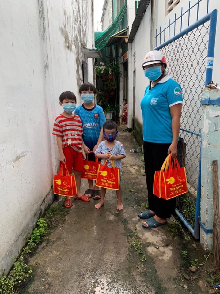 Hội LHPN phường 6 tặng 200 bánh trung thu trẻ em có hoàn cảnh khó khăn
