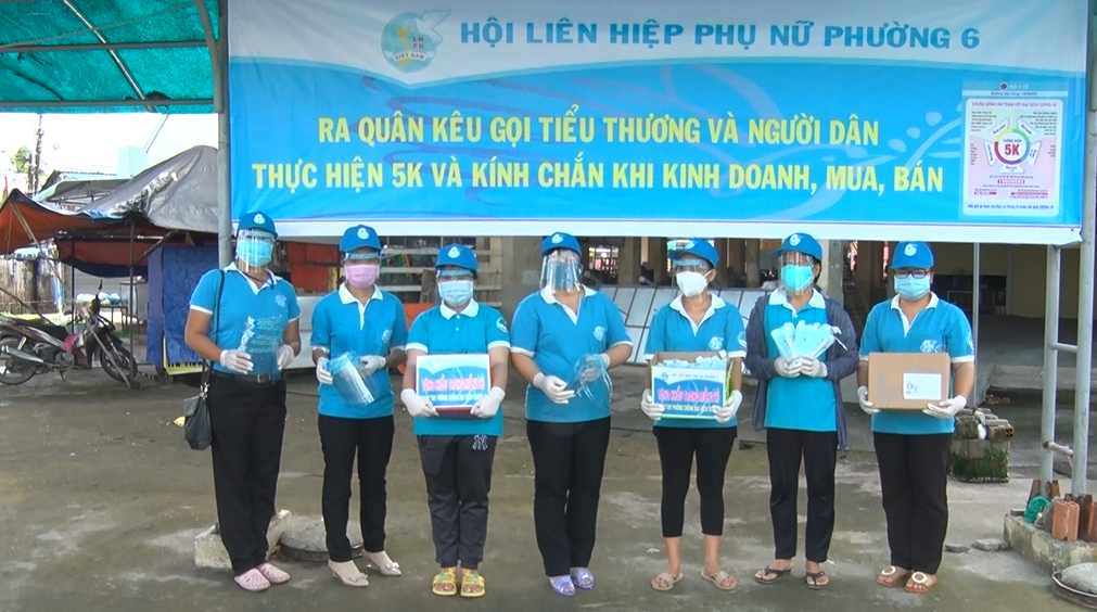 Hội LHPN Tp Bến Tre: ra quân kêu gọi tiểu thương, người dân thực hiện 5K và kính chắn khi kinh doanh, mua bán