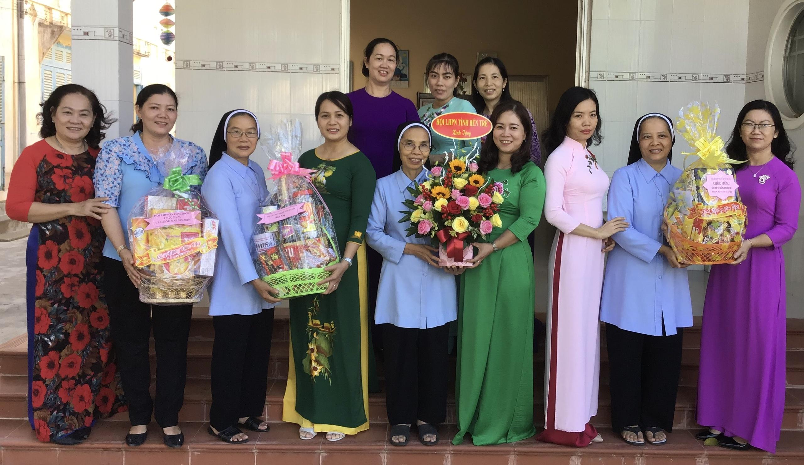 Thăm tặng quà các Hội Dòng mến thánh giá trong tỉnh