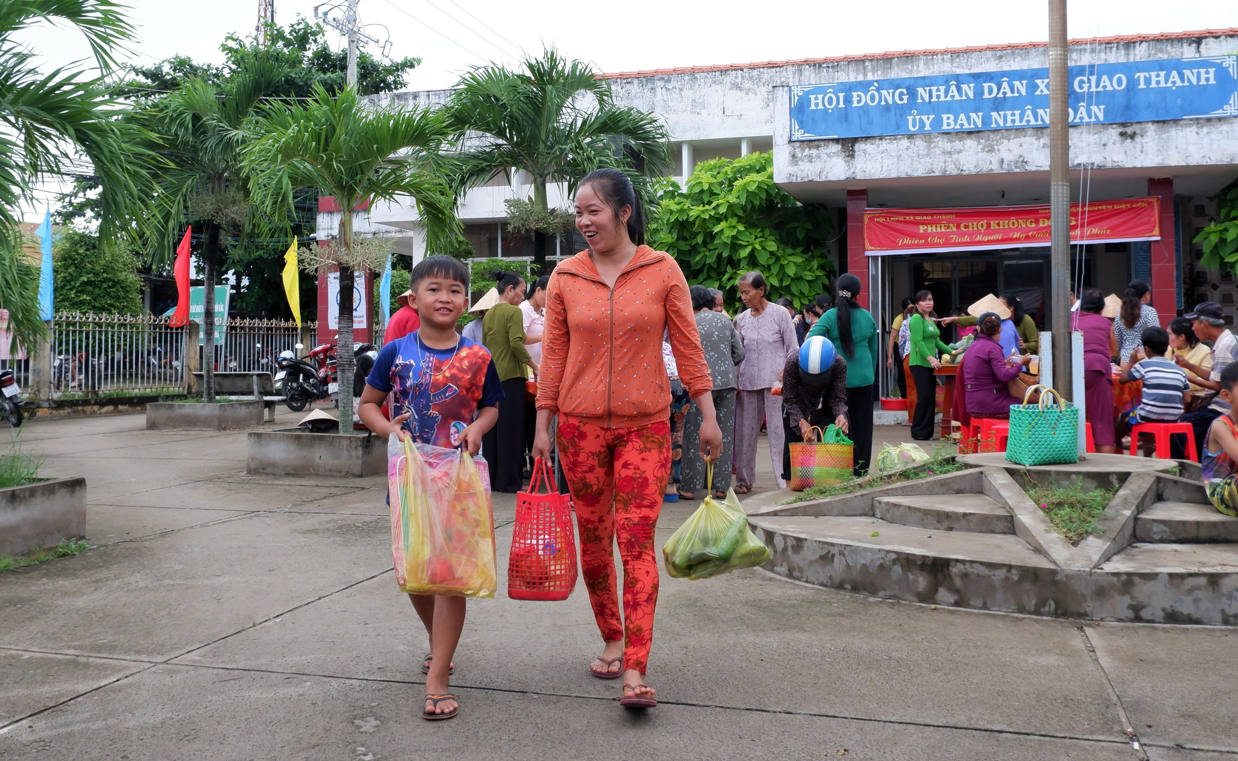 Phiên chợ không đồng cho hộ nghèo, khó khăn xã Giao Thạnh