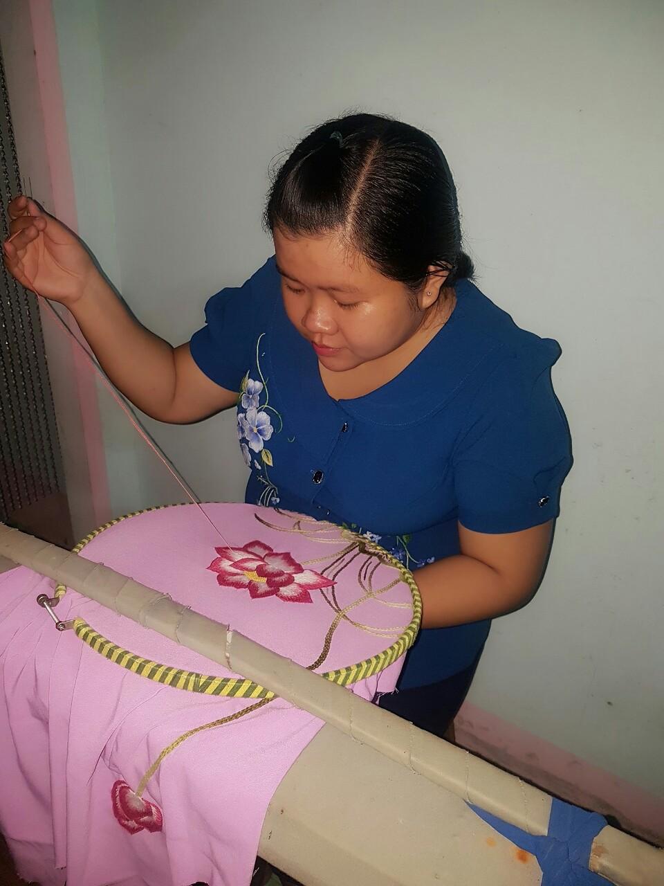 Cô cán bộ Hội tạo việc làm thêm cho phụ nữ từ nghề thêu tay gia công
