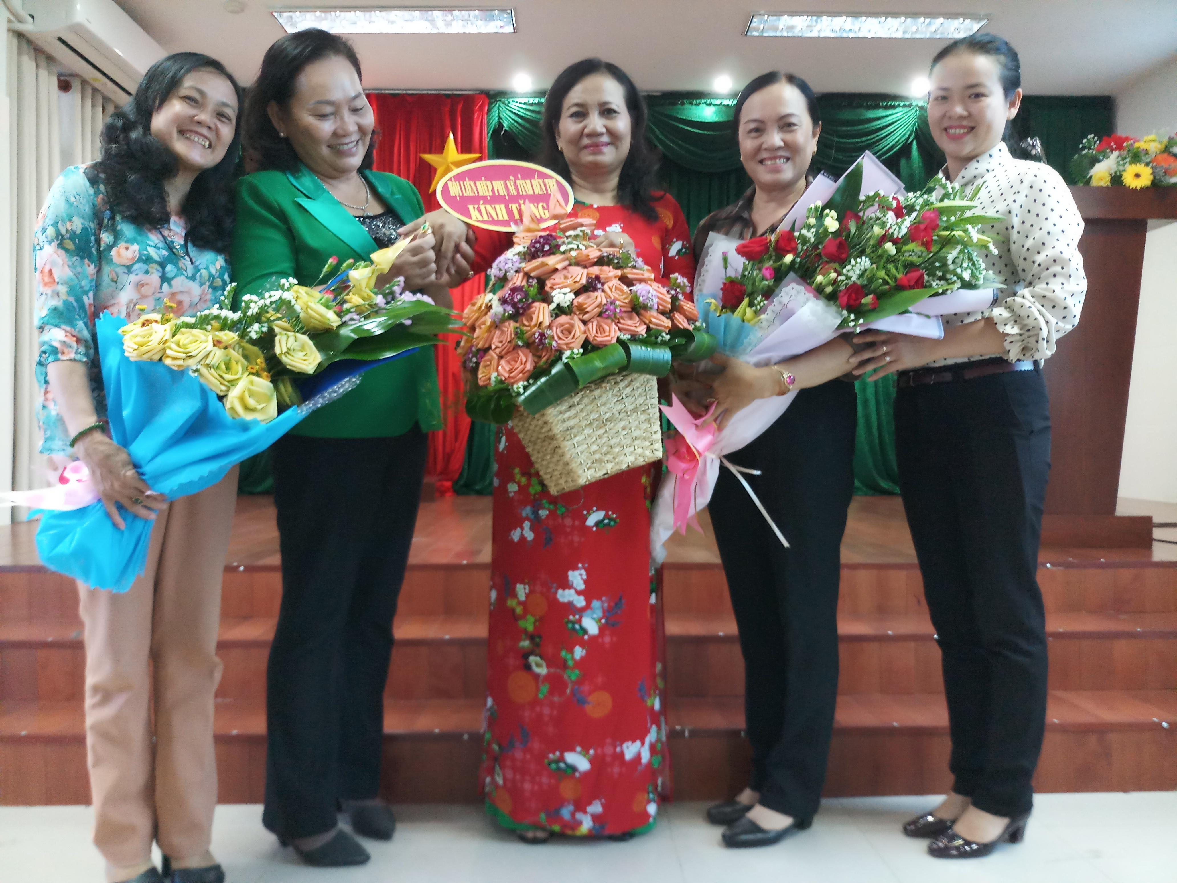 Trao quyết định nghỉ hưu cho đồng chí Huỳnh Thị Sang