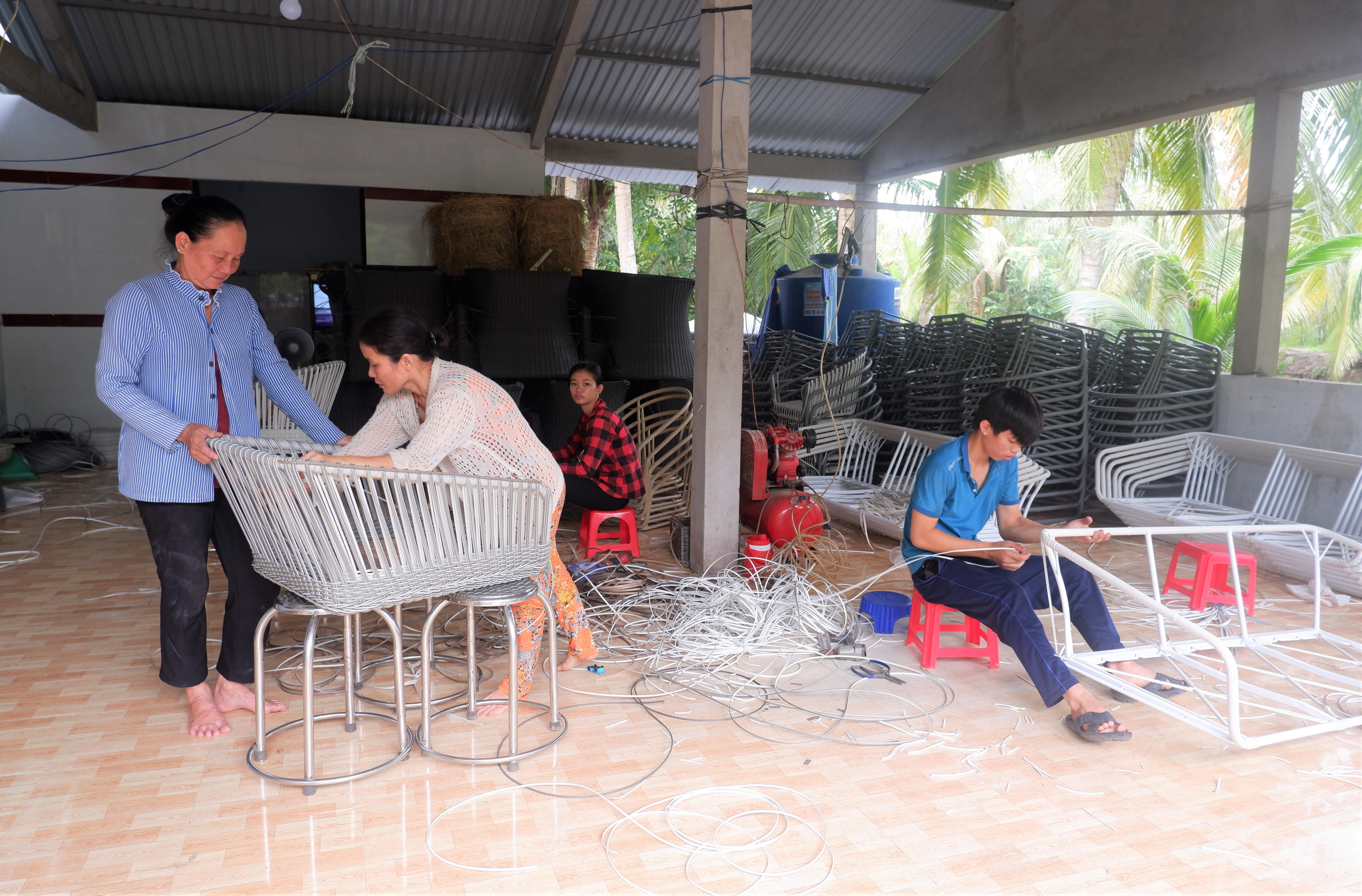 Nghề đan dây nhựa xã Hòa Lợi góp phần giải quyết việc làm cho lao động nông thôn