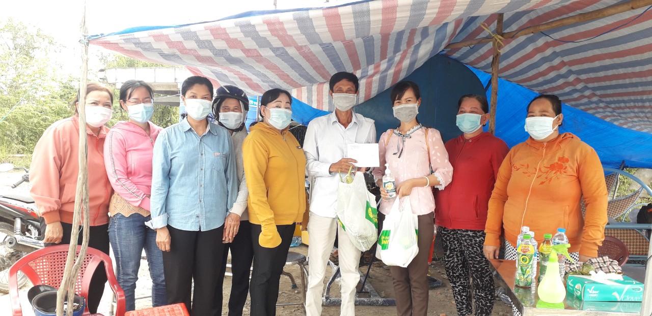 Hội Phụ nữ xã Phú Phụng thăm tặng quà các chốt kiểm soát phòng, chống dịch Covid-19