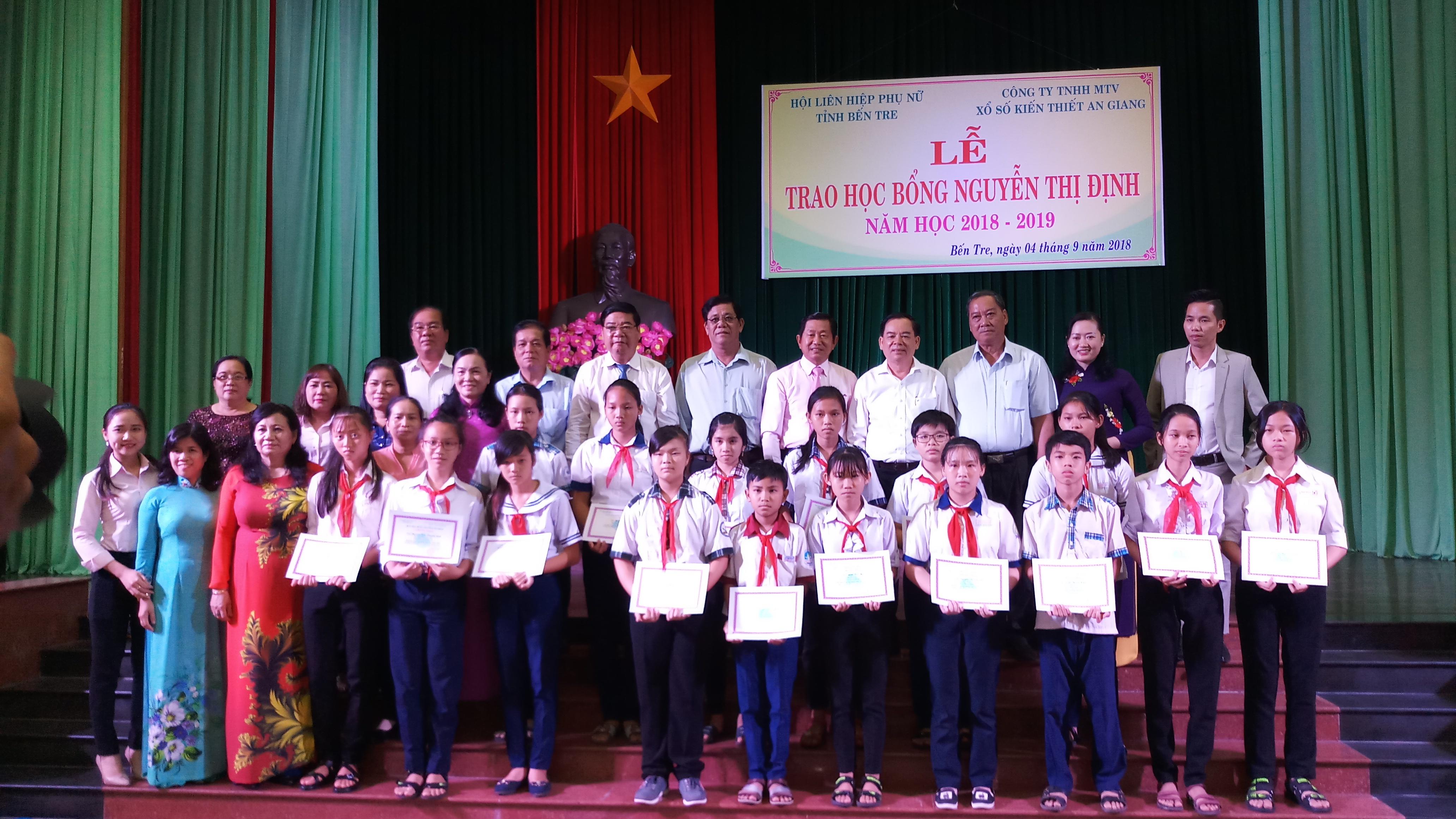 Trao học bổng Nguyễn Thị Định do Công ty Xổ số kiến thiết tỉnh An Giang tài trợ